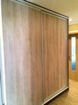 Vestavěná skříň v panelovém domě, materiál dub nebraska