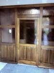 Vchodové dveře v interiéru školy