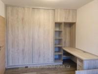 Vestavěná skříň, psací stůl a rozkládací postel